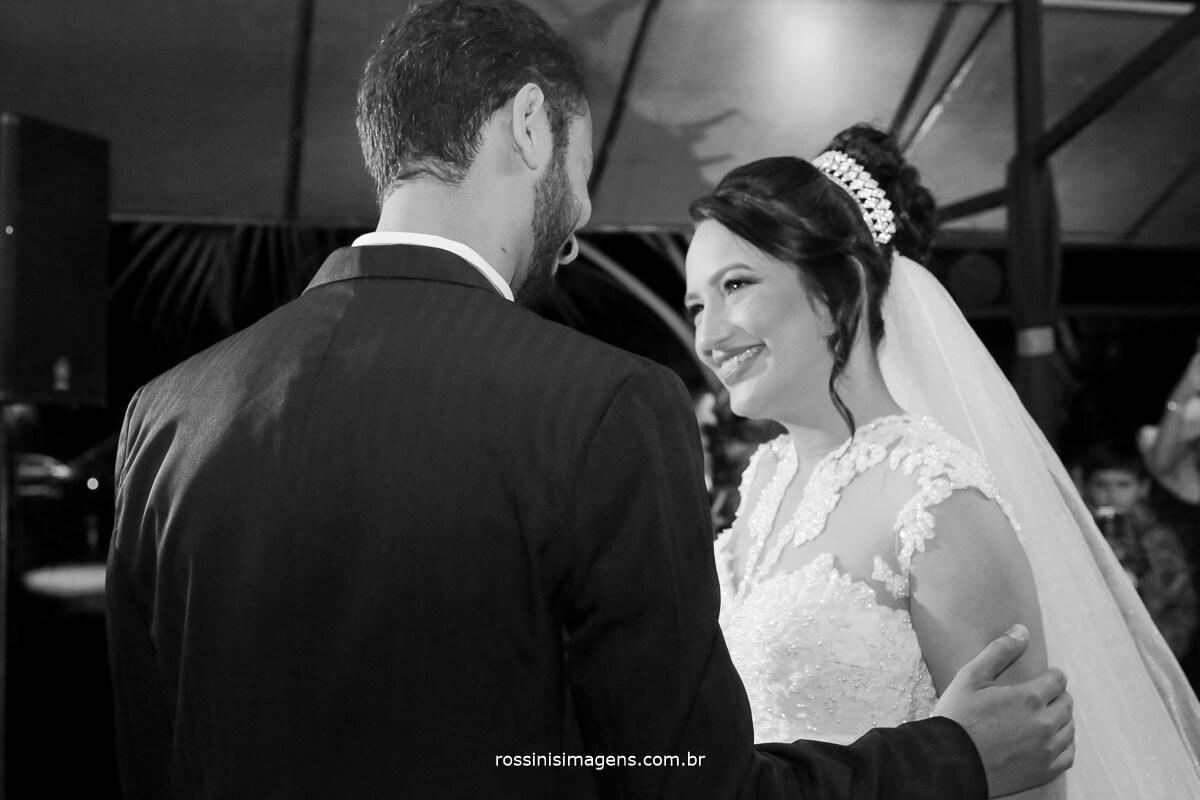 fotografo de casamento em garden fest aruja - sp Rossinis Imagens, noivo e noiva no altar sorrindo