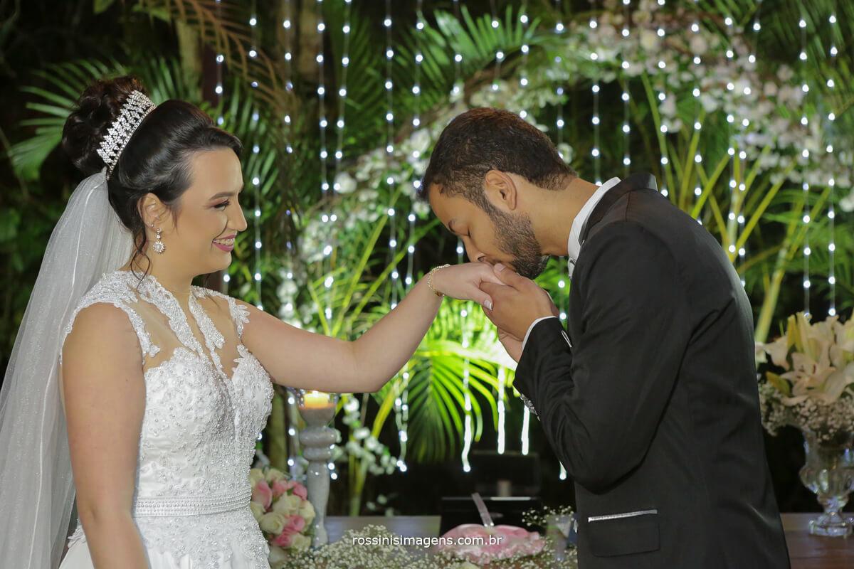 fotografo de casamento em garden fest aruja - sp Rossinis Imagens, aliancas noivo beijando a mao da noiva