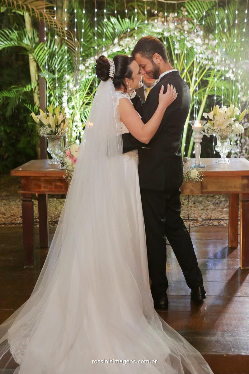 fotografo de casamento em garden fest aruja - sp Rossinis Imagens, primeiro beijo de casados