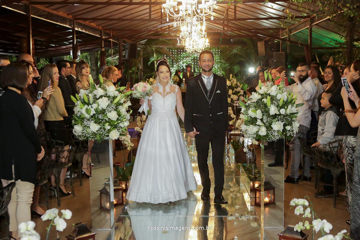 fotografo de casamento em aruja-sp Rossinis Imagens, saida dos noivos muito felizes