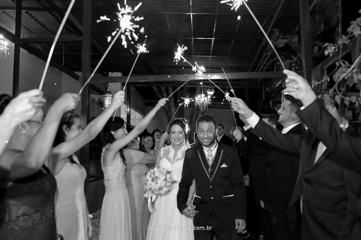 fotografo de casamento em aruja-sp Rossinis Imagens, saida dos noivos com sparkles, noivos animados