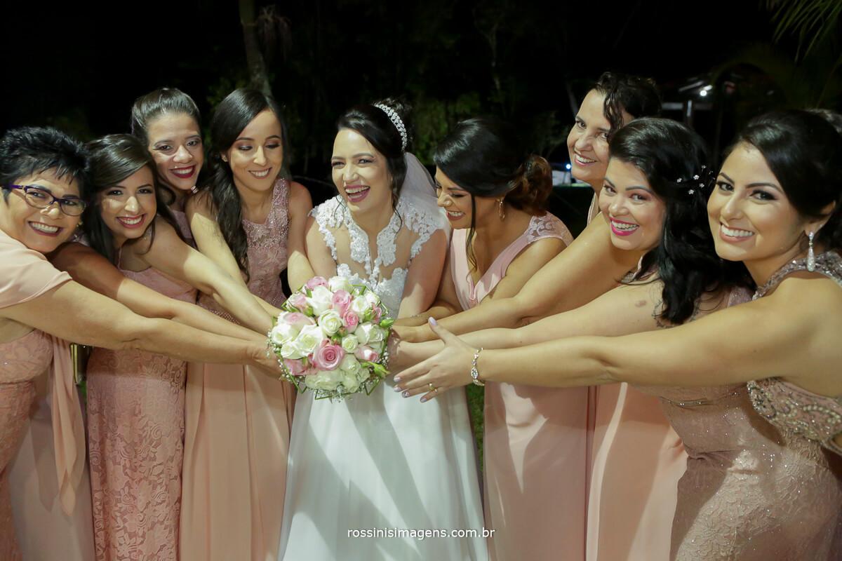 fotografo de casamento em aruja-sp Rossinis Imagens, madrinhas pegando o buquê da noiva sessao de fotos