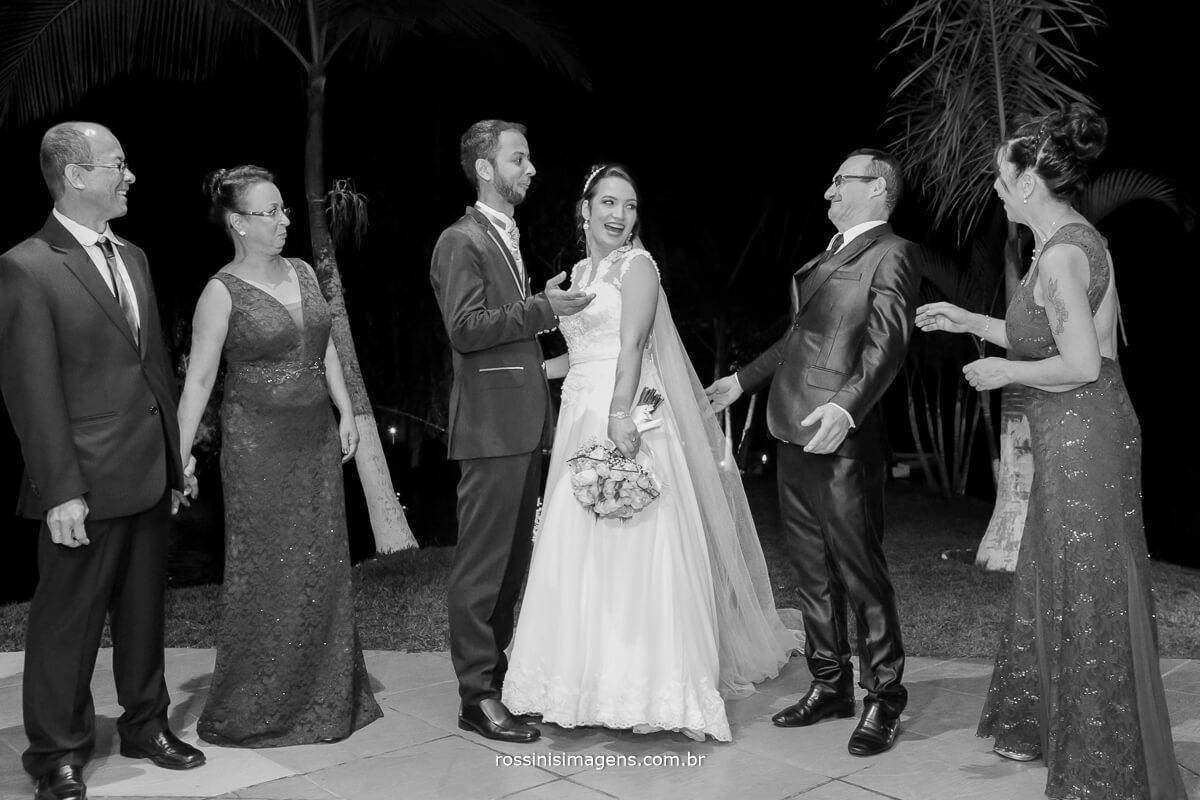 fotografo de casamento em aruja-sp Rossinis Imagens, pais olhando os noivos dando um beijo