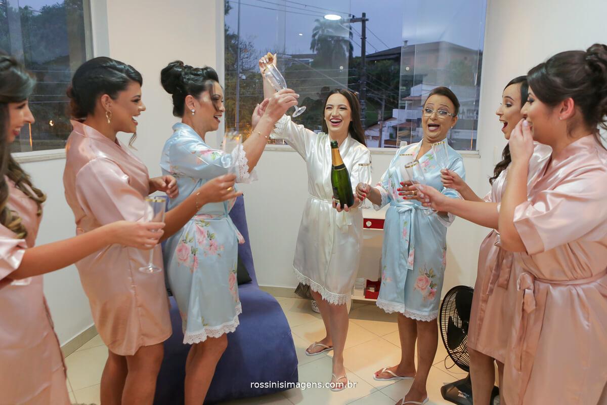 fotografo de casamento em garden fest aruja - sp Rossinis Imagens, making of animado com as madrinhas, champanhe para o brinde ao casamento veronica e renan studio agua de melissa
