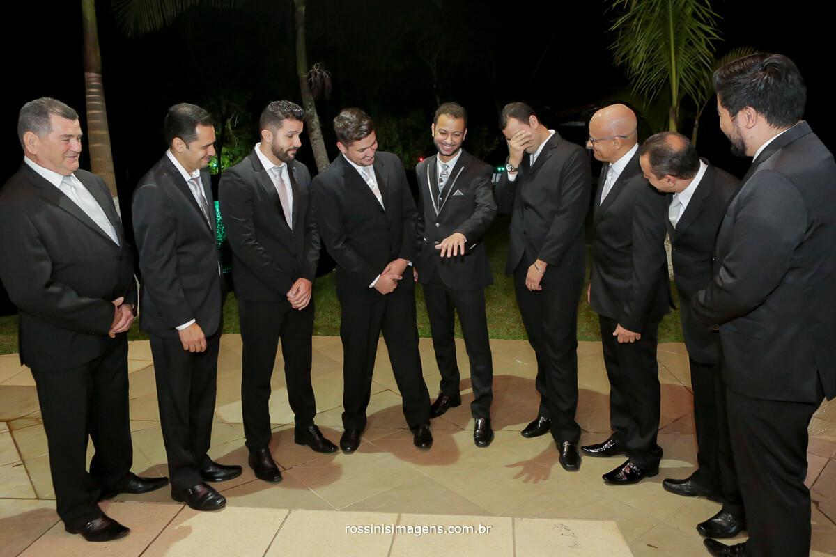 fotografo de casamento em aruja-sp Rossinis Imagens, padrinhos rindo do noivo