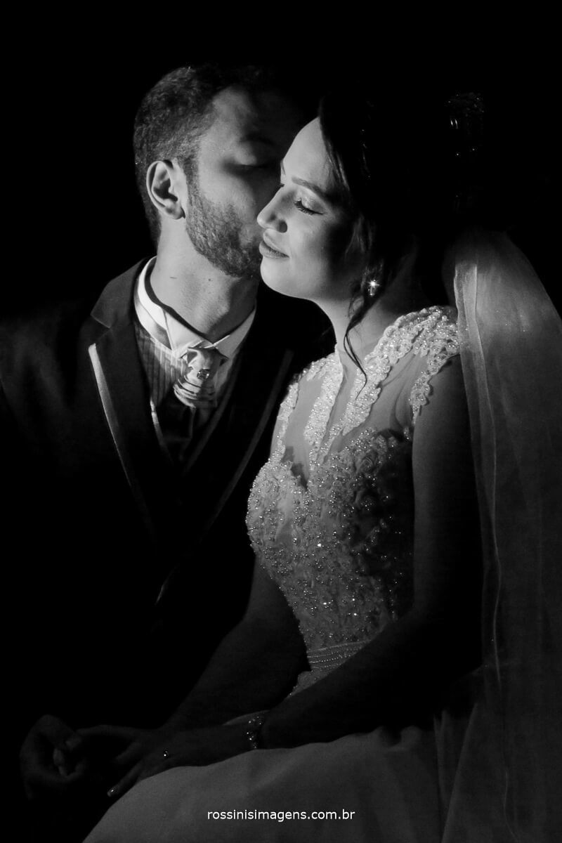 fotografo de casamento em aruja-sp Rossinis Imagens, imagem de noivos apos a cerimonia de casamento pb wedding