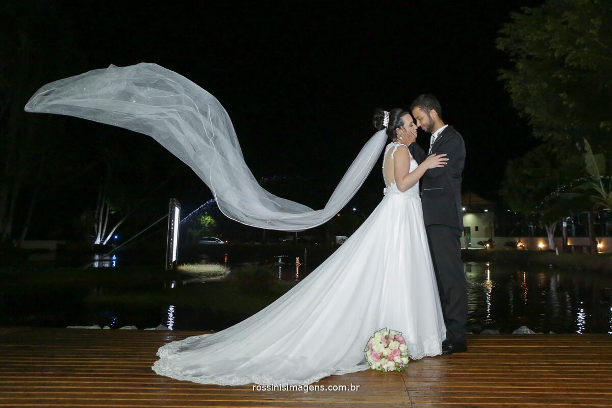 fotografo de casamento em aruja-sp Rossinis Imagens, veo voando noivos no vento aruja rossinis fotografia de casamento