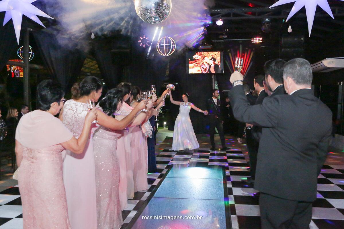 fotografo de casamento em aruja-sp Rossinis Imagens, fotografia de casamento em sp balada entrada dos noivos na pista de danca para o brinde
