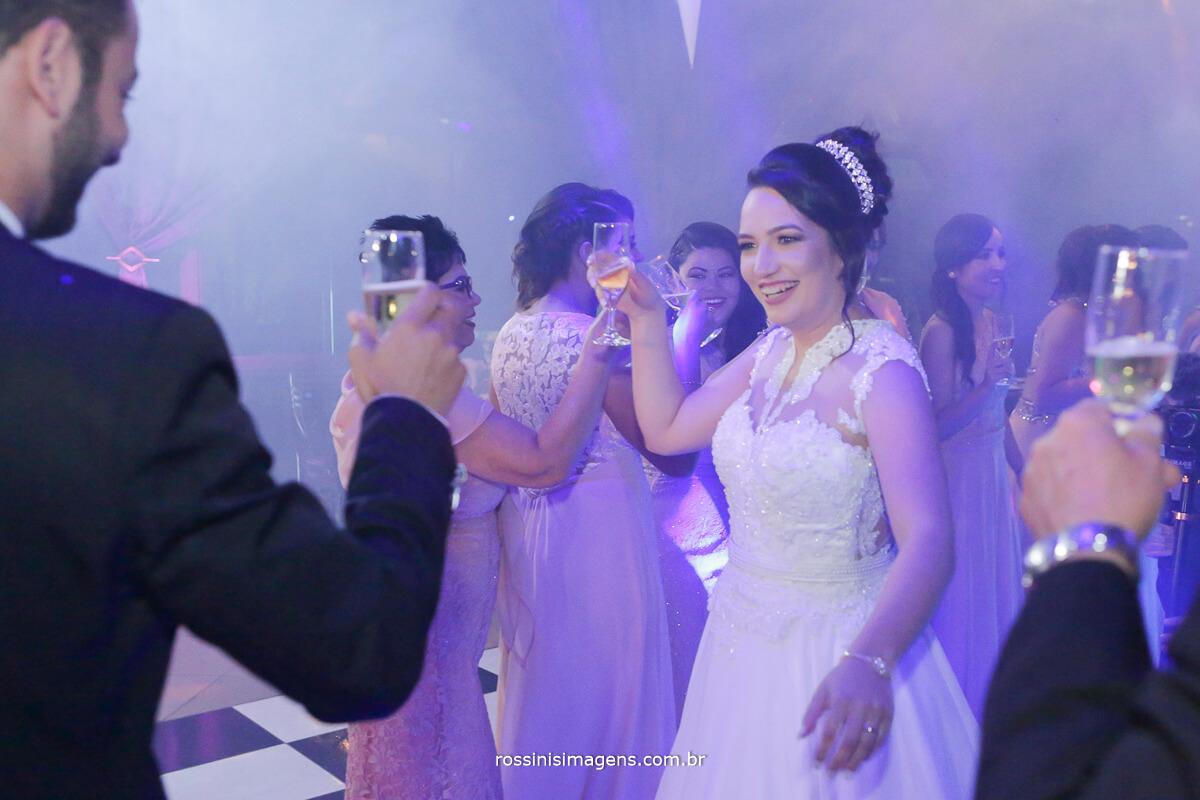 fotografo de casamento em aruja-sp Rossinis Imagens, brinde com os padrinhos na recepcao