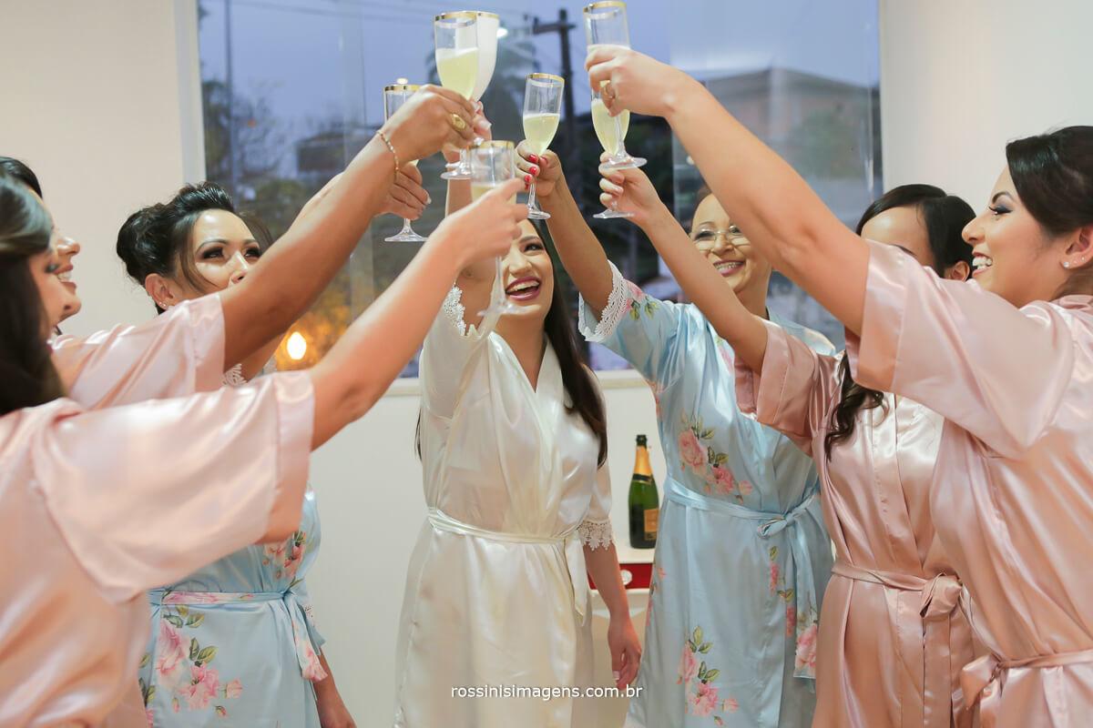 fotografo de casamento em garden fest aruja - sp Rossinis Imagens, brinde com as taças de champanhe