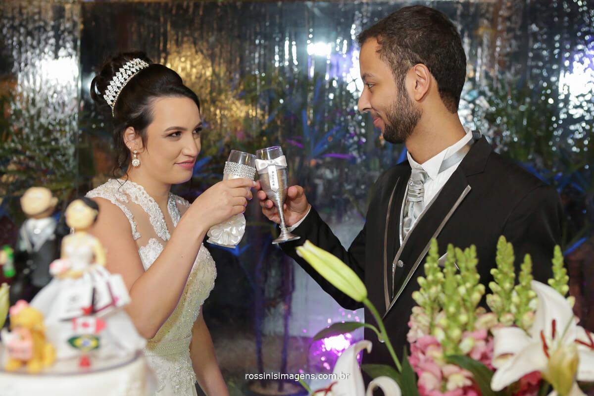fotografo de casamento em aruja-sp Rossinis Imagens, brinde dos noivos na mesa do bolo