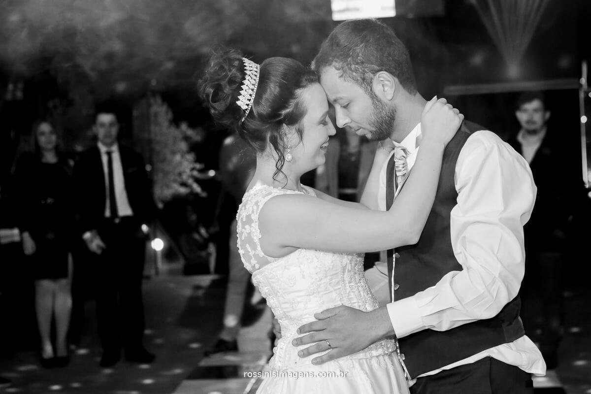 fotografo de casamento em aruja-sp Rossinis Imagens, danca dos noivos, na balada