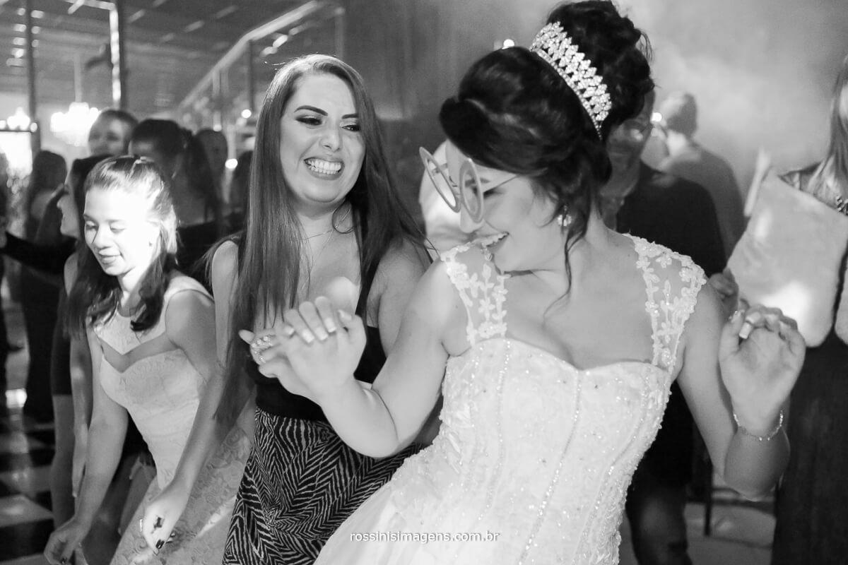 fotografo de casamento no garden fest em aruja-sp Rossinis Imagens, pista de danca bombando, alegria da noiva dancando