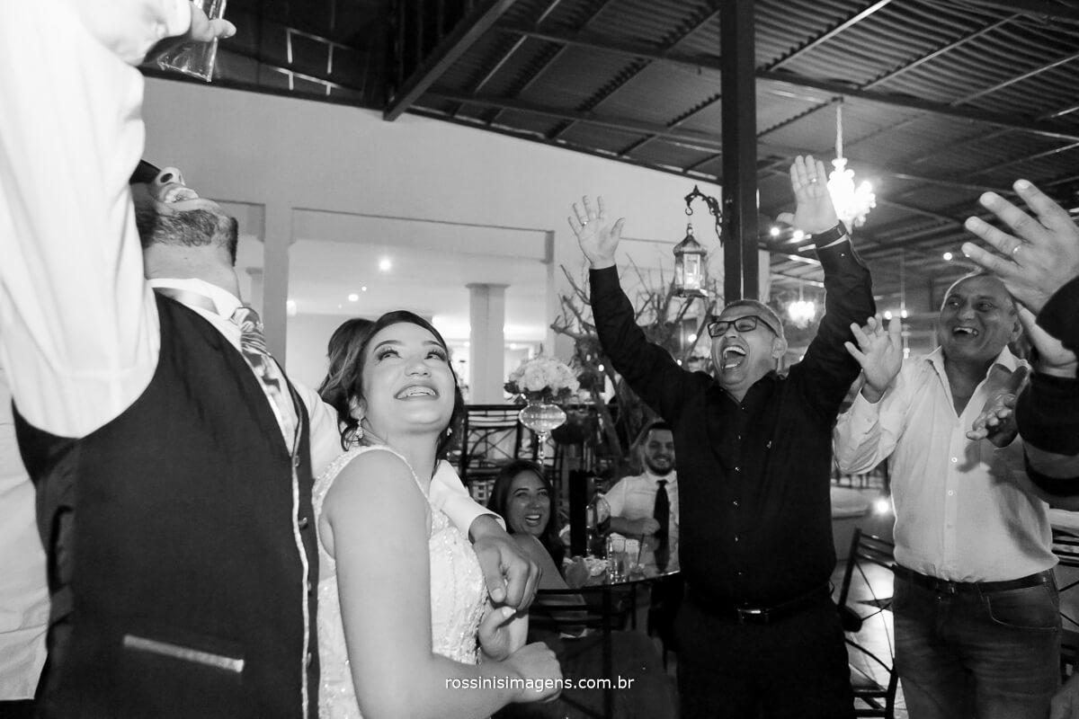 fotografo de casamento no garden fest em aruja-sp Rossinis Imagens, noivo bebendo todas no casamento