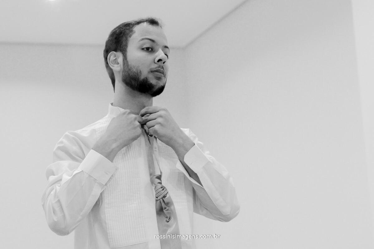 fotografo de casamento no garden fest em aruja-sp Rossinis Imagens, noivo colocando a gravata