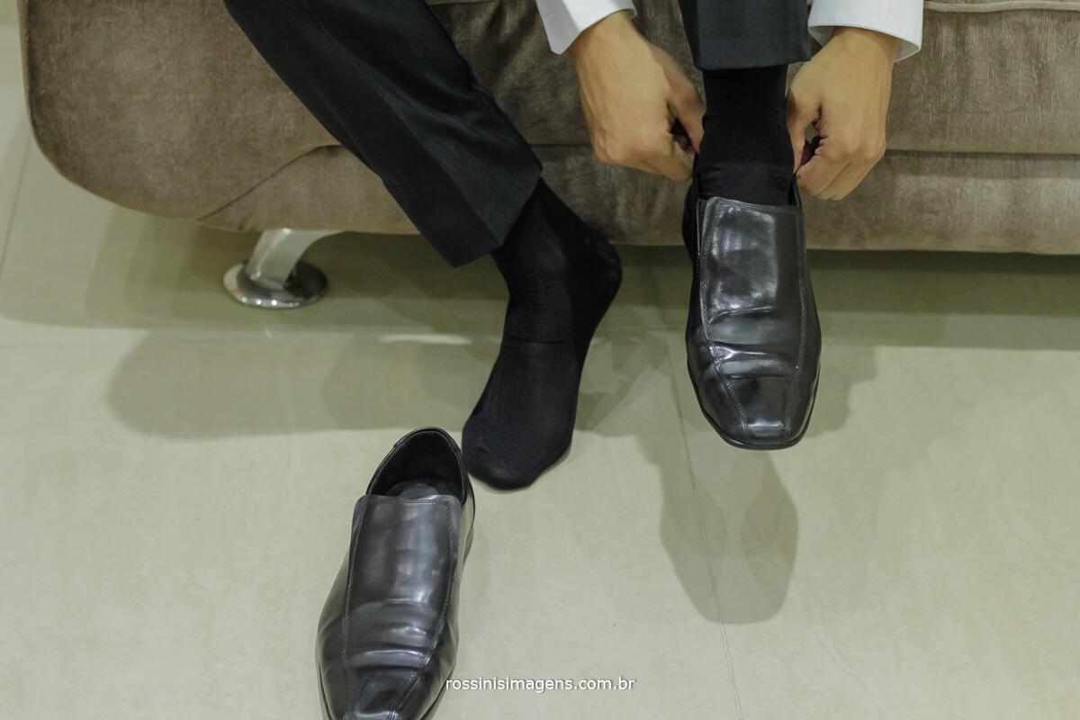 fotografo de casamento no garden fest em aruja-sp Rossinis Imagens, noivo colocando sapato