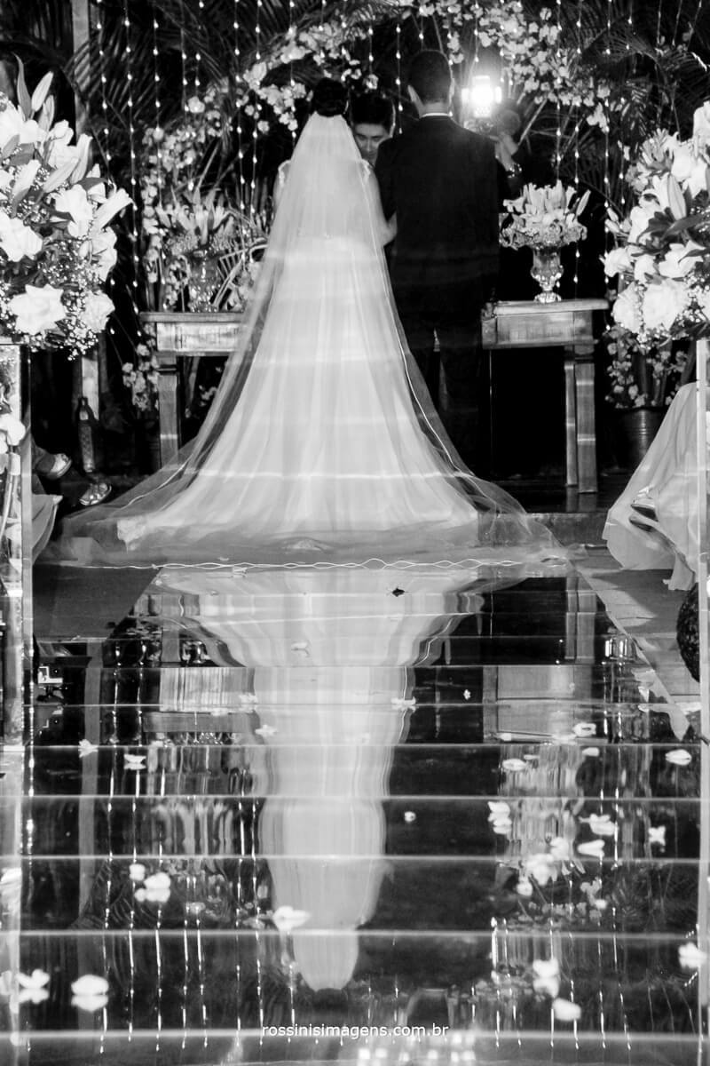 fotografo de casamento no garden fest em aruja-sp Rossinis Imagens, vestido da noiva na passarela de espelhos