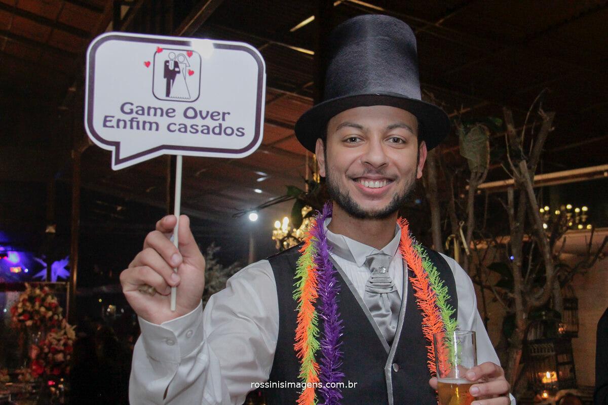 fotografo de casamento no garden fest em aruja-sp Rossinis Imagens, noivo com placa de game over, enfim casado