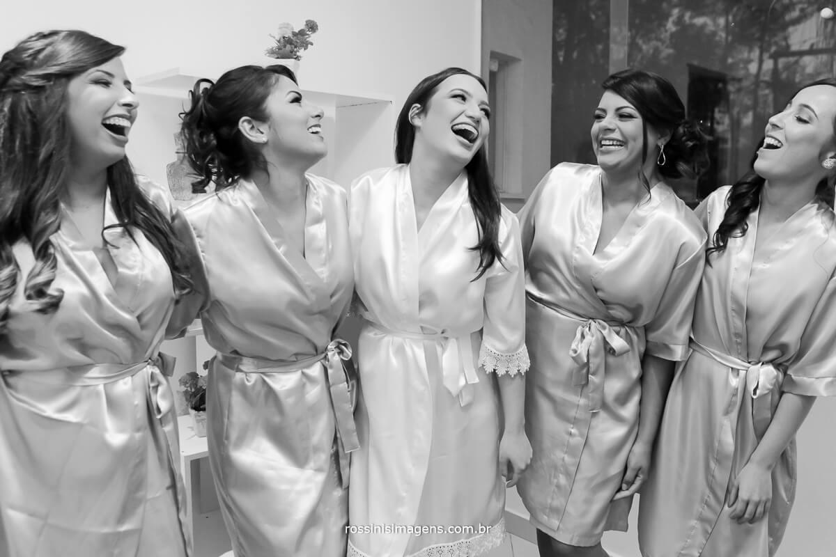 fotografo de casamento em garden fest aruja - sp Rossinis Imagens, foto pb da noiva com a madrinhas