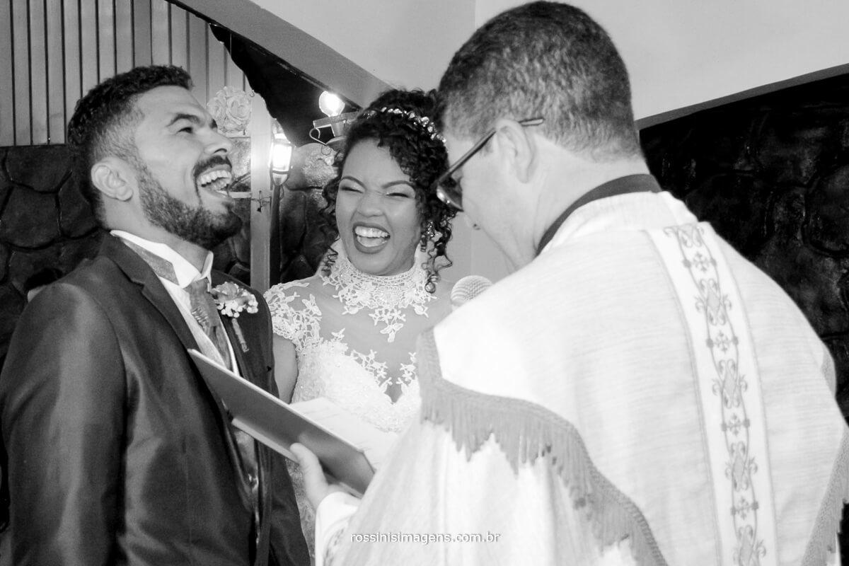 felicidade dos noivos com um lindo e grande sorriso, felicidades do casal