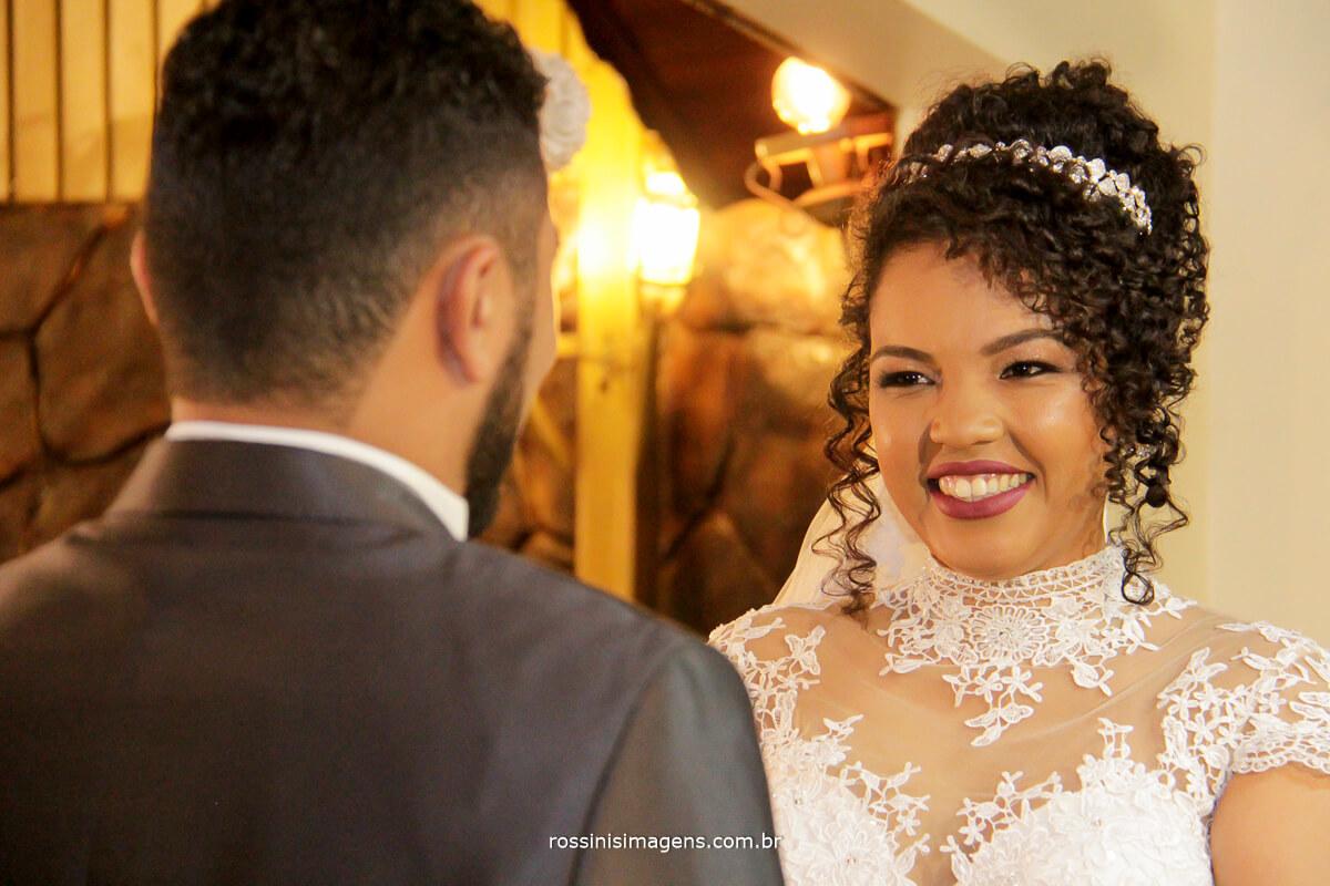 olha da noiva para o noivo durante a cerimonia de casamento em suzano com fotografia da rossinis imagens
