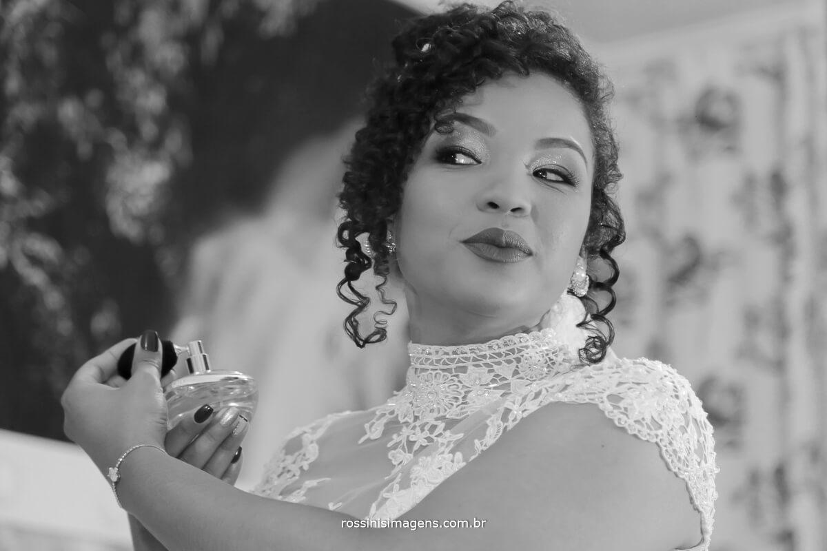 fotografo de casamento em suzano sp rossinis imagens, noiva passando perfume no espelho, foto pb