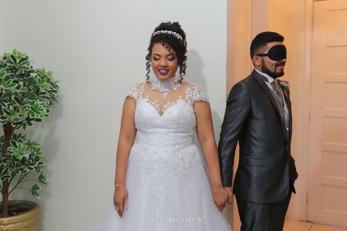 fotografo de casamento em suzano sp rossinis imagens, first look, noivo de olhos vendados e noiva tocando as mãos