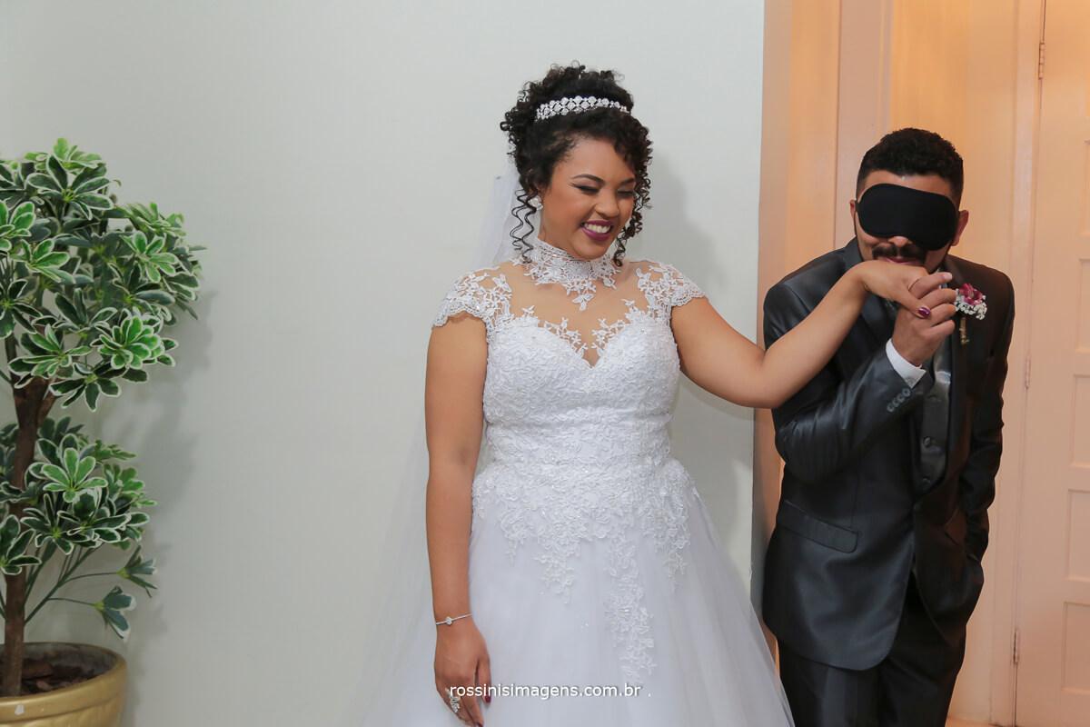 noivo de olhos vendados beijando a mao da noiva, fugindo da tradição, first look