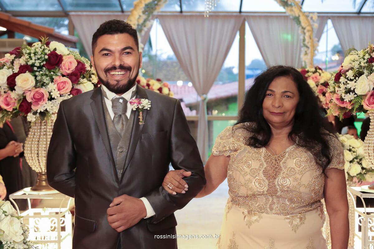 entrada do noivo com a mae, fotografo de casamento em suzano sp rossinis imagens