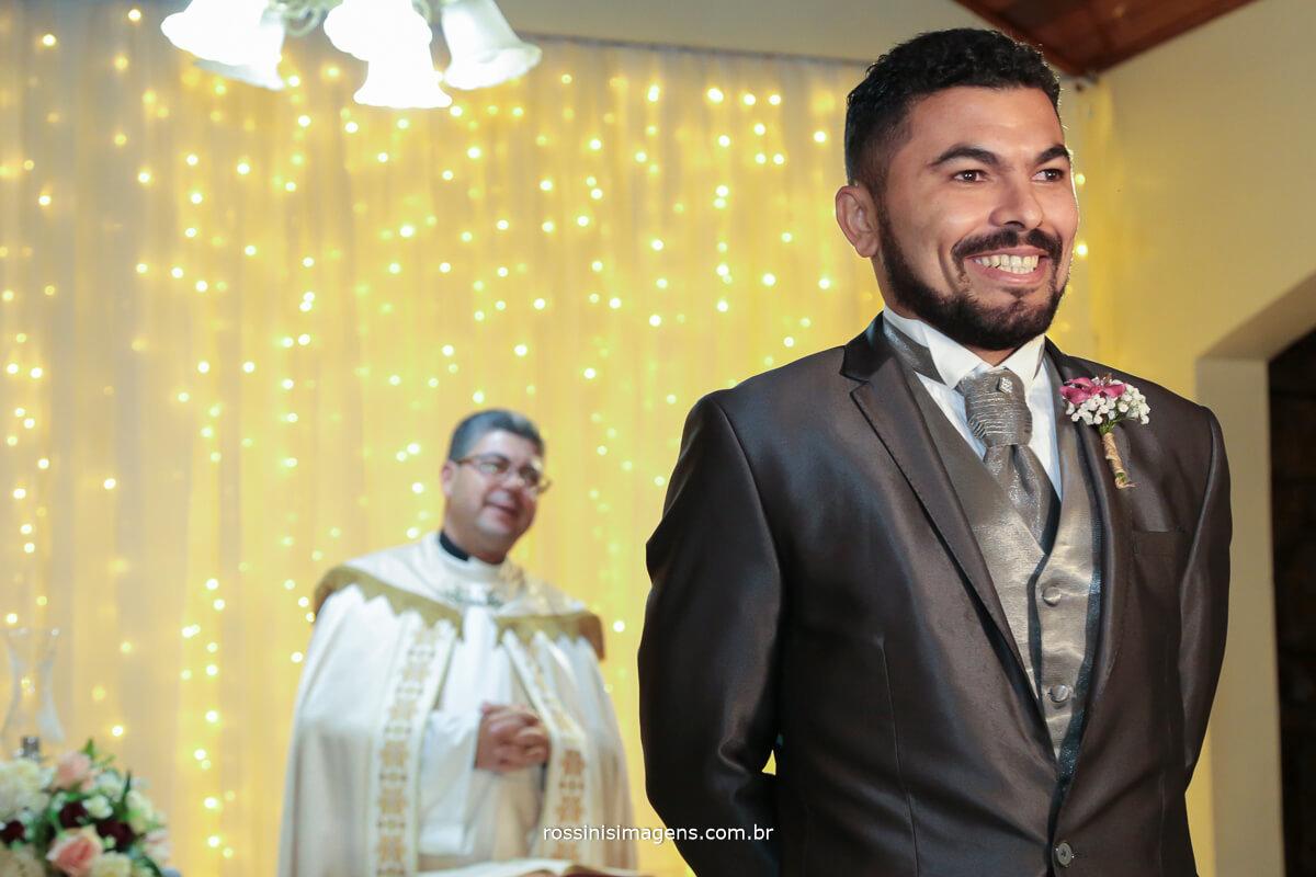 noivo esperando a noiva no altar, fotografo de casamento em suzano sp rossinis imagens