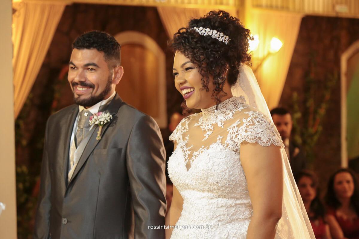 casamento em suzano rossinis imagens wedding, noivos felizes na cerimonia de casamento