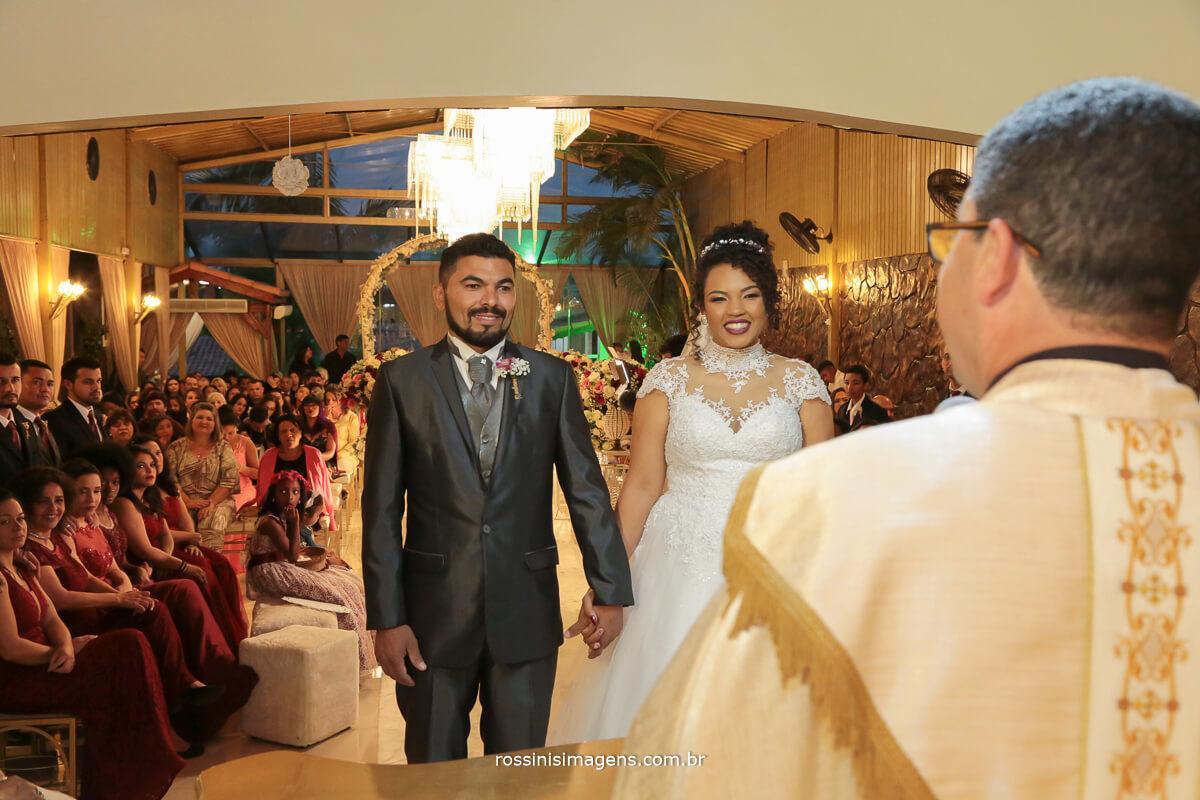 padre na cerimonia de casamento na chacara encanto das aguas em suzano rossinis imagens fotografia e video