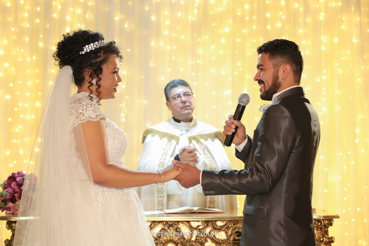 noivo se declarando para a noiva na hora dos votos