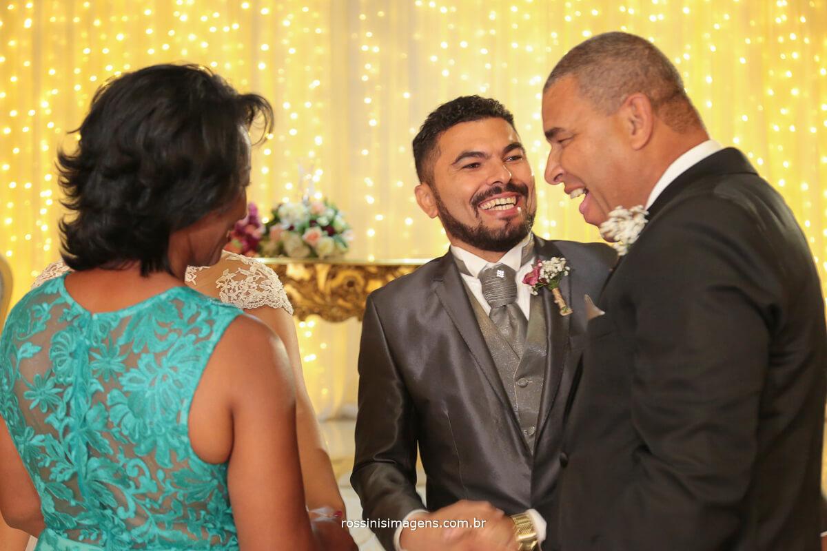 pais dos noivos cumprimentando na saida do altar
