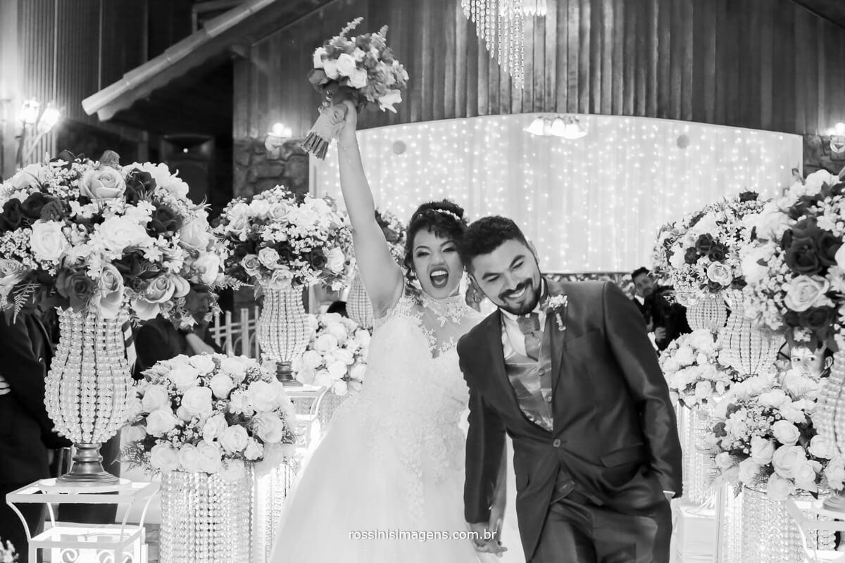saida dos noivos da cerimonia, na chacara encanto das aguas em suzano com fotografia e video de rossinis imagens