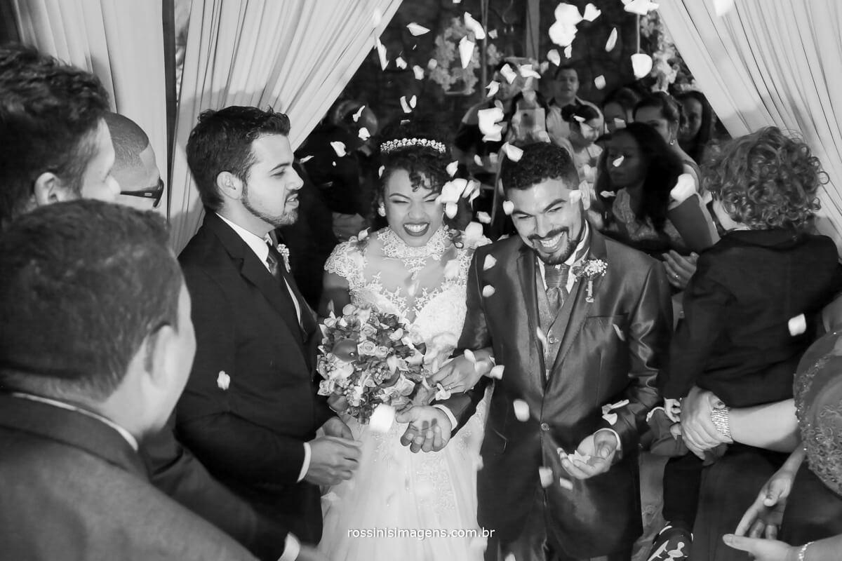 chuva de petalas nos noivos na saida da cerimonia