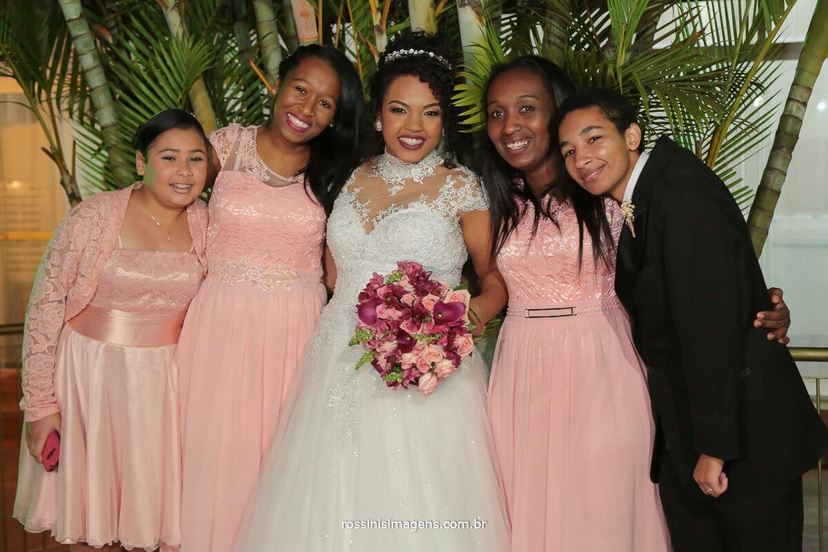 damas adultas e a noiva na sessao de fotos apos a cerimonia