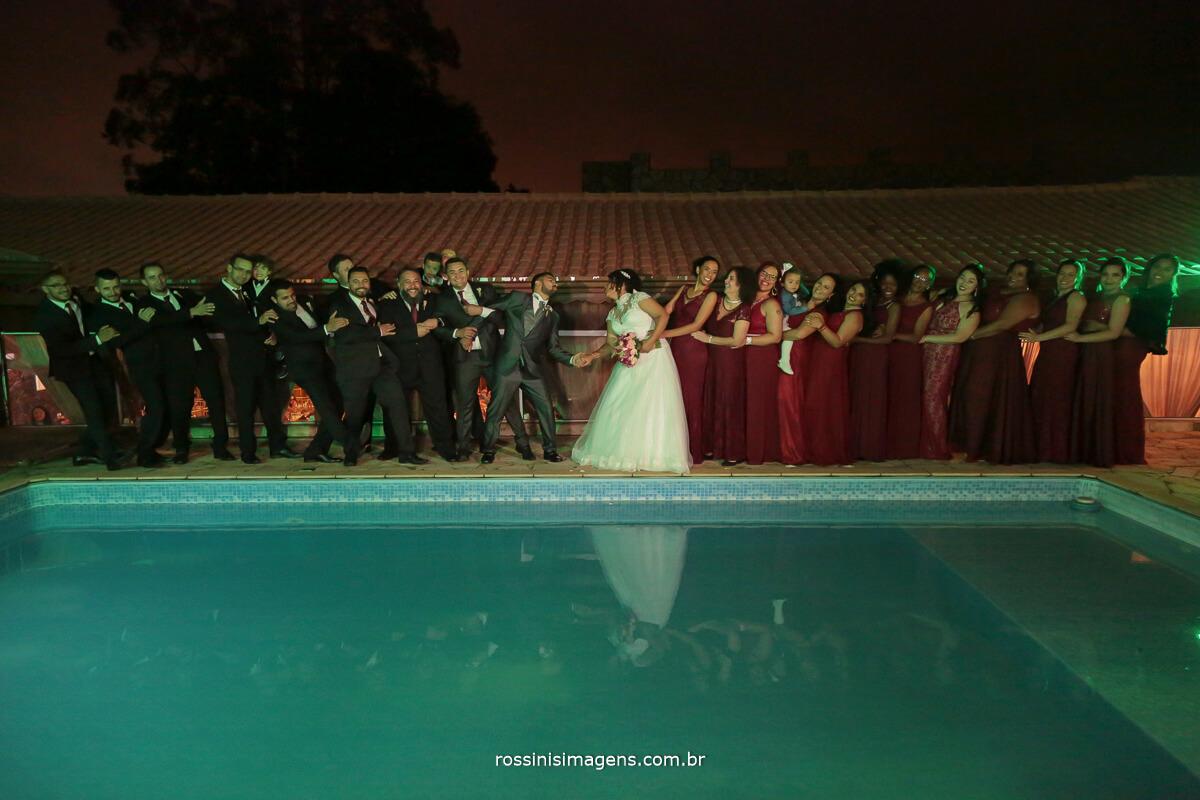 sessao de fotos com os padrinhos um alinda recordacao com a foto coletiva com todos os casais e os noivos