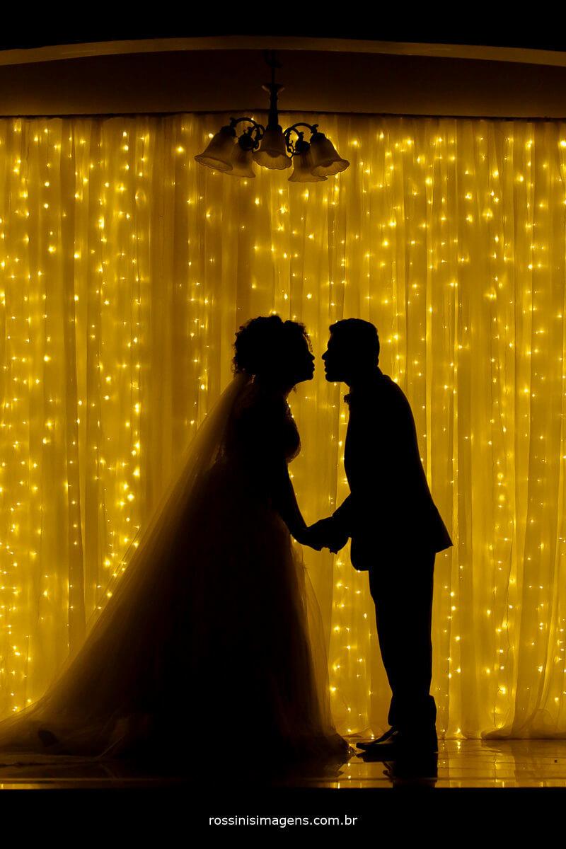 fotografia de sessçao de fotos dos noivos na cortina de led, shilueta