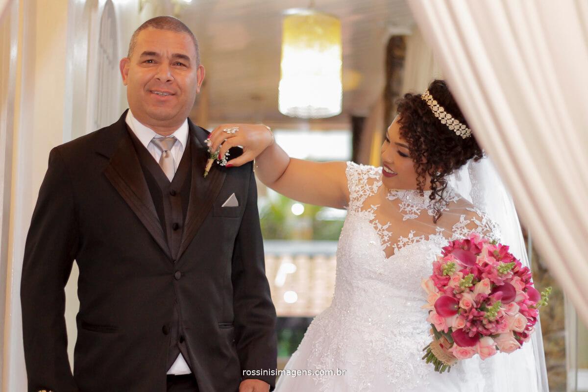 noiva arrumando lapela do pai, noiva com o buque