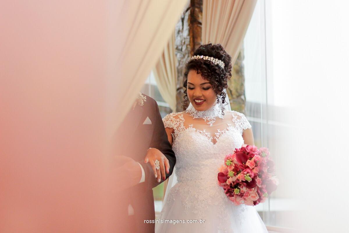 entrada da noiva, noiva a caminho do altar, noiva feliz, alegria no casamento