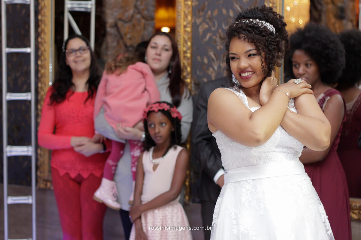 noiva feliz apresentando a danca coreografada para os convidados