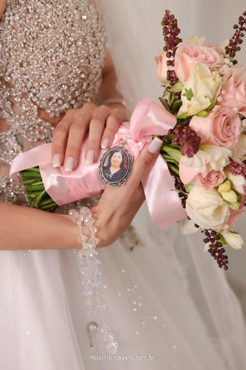 bride, noiva, buquê de noiva com medalha da avó, família, recordação, fotografia, historia,