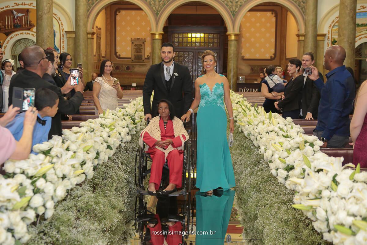 entrada do noivo na igreja um entrada linda e emocionante do noivo com suas duas mães, família a base da vida