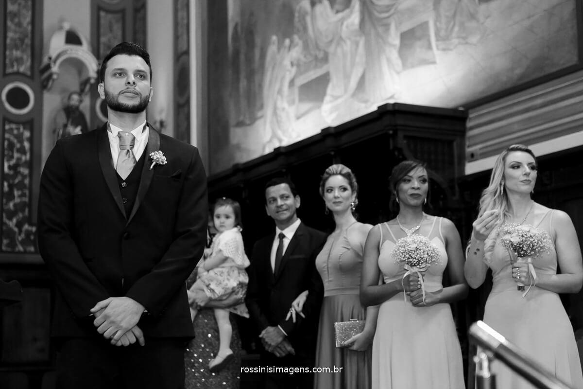 ansiedade e felicidade no olhar do noivo a espera da noiva no altar. rossinis imagens