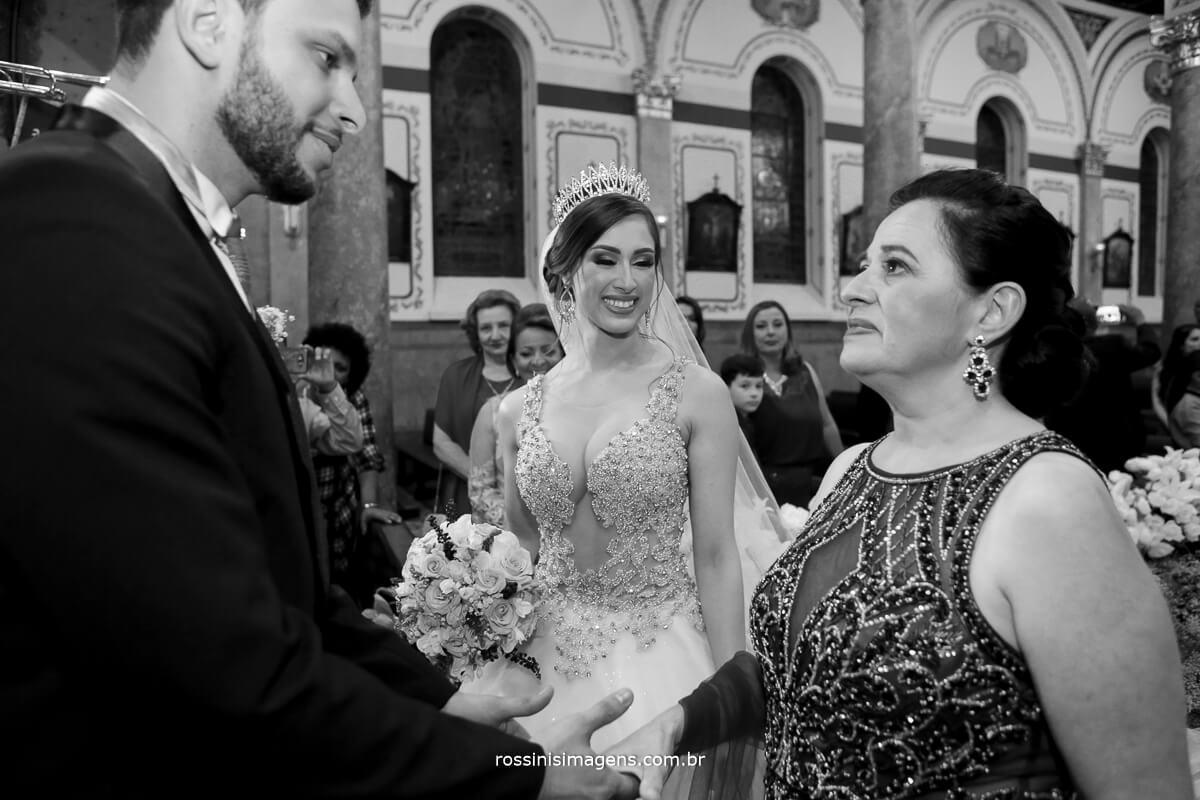 aquele comprimento do noivo com a mãe da noiva e o olhar apaixonado da noiva por esse momento, fotografia de rossinis imagens , casamento de liliane e diogo
