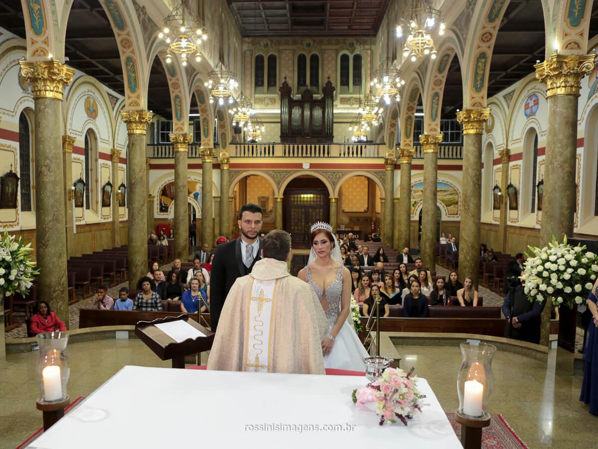 momento da cerimonia de casamento religiosa na igreja catolica, diogo e lili celebração, wedding, casamento tradicional e  romântico