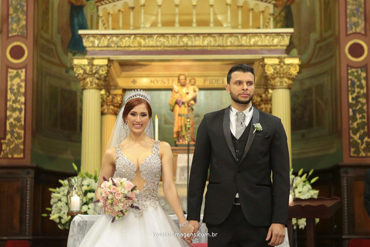 saída dos noivos apos a cerimonia de casamento noiva linda , casal top, por que casar na igreja