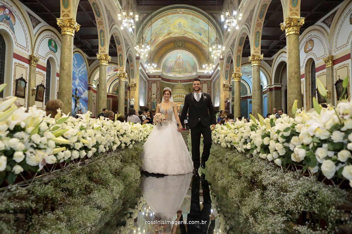 saída dos noivos na passarela de espelhos linda, luxo, requinte, casamento com glamour, noivos felizes e radiantes, felicidade, recordação, memorias, fotografias