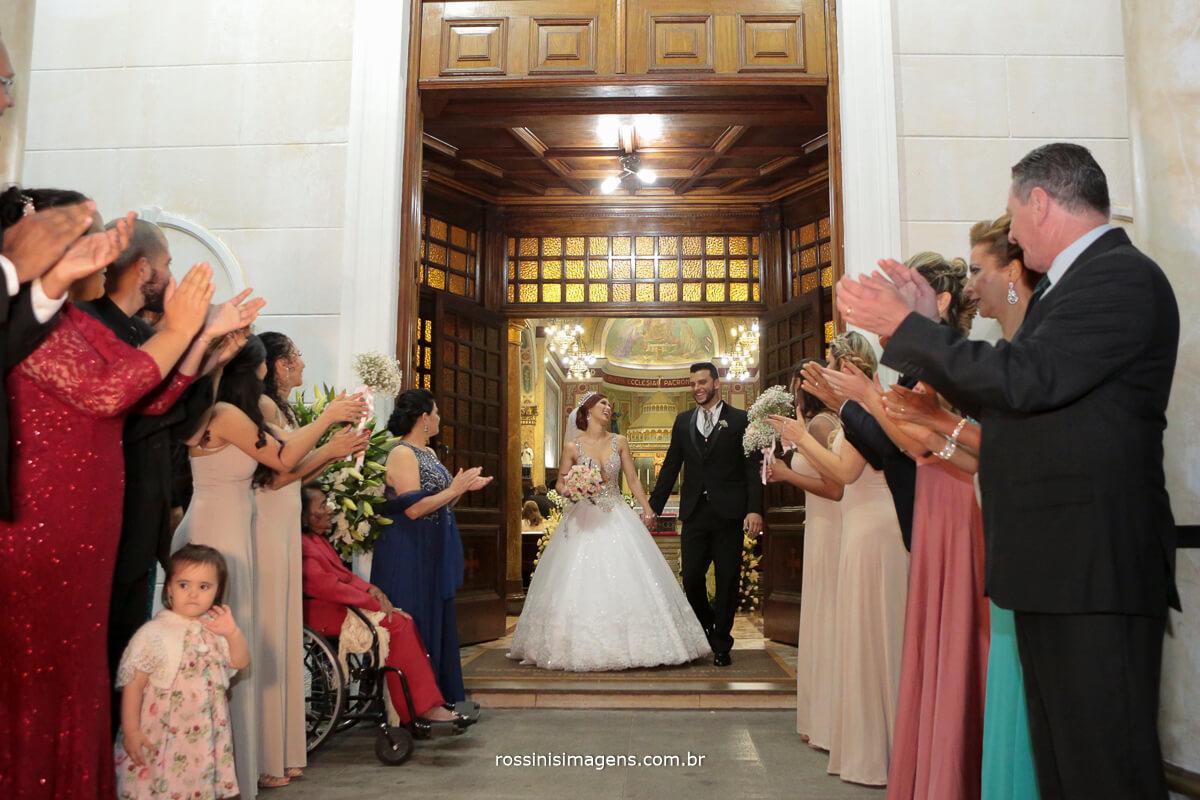 saida com sparks na igreja, noivos felizes e animados, spark, padrinhos e os noivos